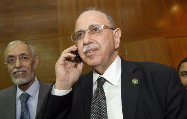 Abdel Rahim al-Kib parle au téléphone alors qu'il vient d'être élu Premier ministre de la Libye, le 31 octobre 2011.