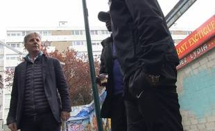 Bernard de La Villardière face à des habitants de la cité des «Radars» à Sevran.