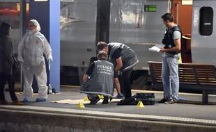 Des policiers près du Thalys où a eu lieu la fusillade, le 21 août 2015.
