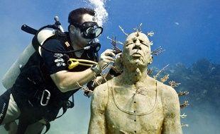 L'artiste anglais Jason deCaires Taylor en train de travailler sur l'une de ses sculptures