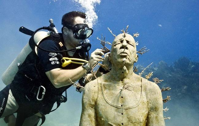 Jason deCaires Taylor en train de travailler sur l'une de ses sculptures à Cancun.