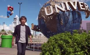Shigeru Miyamoto dans une vidéo promotionnelle pour annoncer des attractions Nintendo dans les parcs Universal.