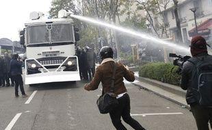 Un canon à eau lors des manifestations du 1er-Mai à Paris.