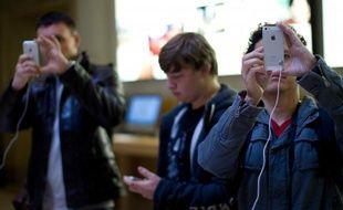 Des jeunes testent l'iPhone5 lors de sa sortie à Paris