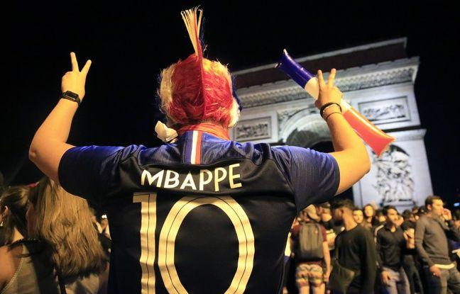 Un supporter de l'équipe de France avec le maillot de Mbappé sur le dos.