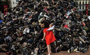 Une pyramide de chaussures lors de l'action de Handicap International le 20 septembre 2014 à Lyon.