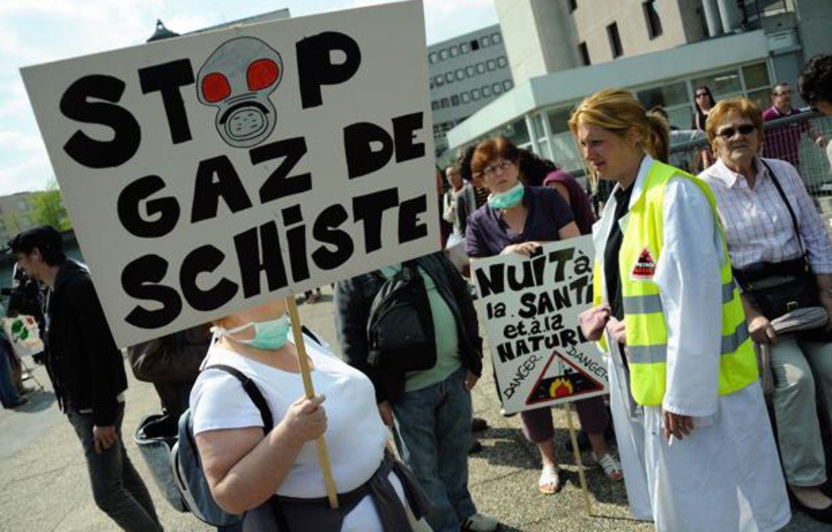 Des opposants aux explorations de gaz de schiste, à Meaux, le 17 avril 2011. – WITT/SIPA