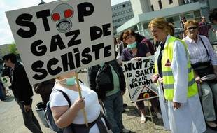 Des opposants aux explorations de gaz de schiste, à Meaux, le 17 avril 2011.