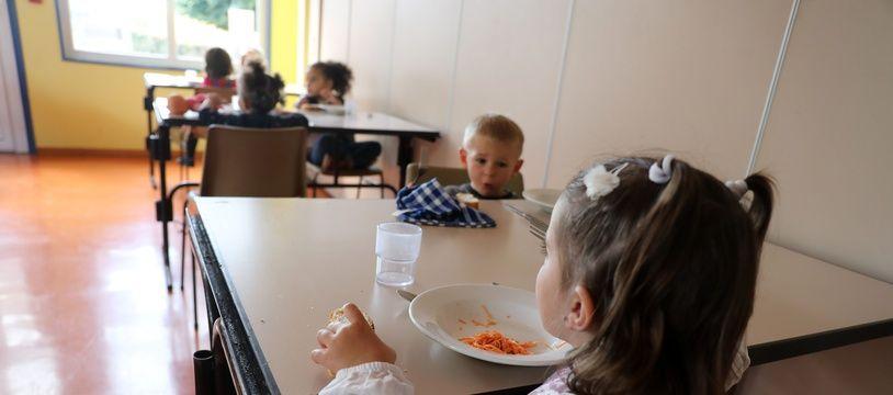 Des enfants à la cantine (image d'illustration).