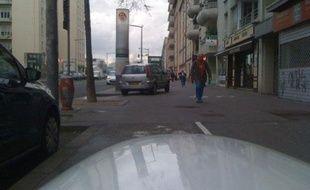 Dans le secteur de Gerland, à Lyon, le 30 mars en fin de matinée, Pierre Delorme rencontre de nombreuses voitures sur les pistes cyclables qu'il teste.
