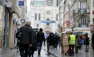 La rue de la République à Saint-Denis, rue adjacente de la rue du Corbillon, le 19 novembre 2015, après l'attentat.