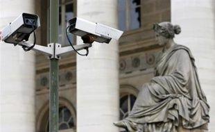 """La Commission nationale de l'informatique et des libertés (Cnil) s'est proposée pour assurer le """"contrôle indépendant"""" des systèmes de vidéosurveillance, que le gouvernement veut tripler, avec plus de 30.000 caméras dans les rues, afin d'intensifier la lutte contre le terrorisme."""