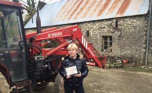 Marie Le Guelvou avec une photo de son frère devant la ferme familiale.