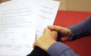 Un Français sur deux (51%) se dit favorable à l'adoption pour les couples homosexuels, indique un sondage Ifop pour Femme actuelle et Enfant magazine publié lundi.