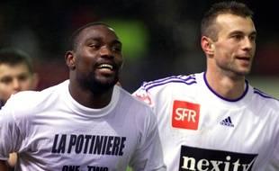 L'attaquant lorientais Jean-Claude Darcheville jubile aux côtés de Christophe Ferron, après avoir marqué le deuxieme but face à Rennes en Coupe de France, le 19 janvier 2002.