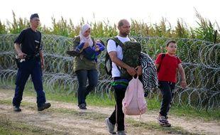Une famille de migrants en Hongrie le 25 août 2015