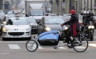 Tous les automobilistes doivent payer depuis lundi matin un péage pour pouvoir entrer dans le centre de Milan (nord), un nouveau dispositif mis en place par la municipalité de gauche pour réduire le trafic et la pollution mais qui suscite la grogne des résidents.