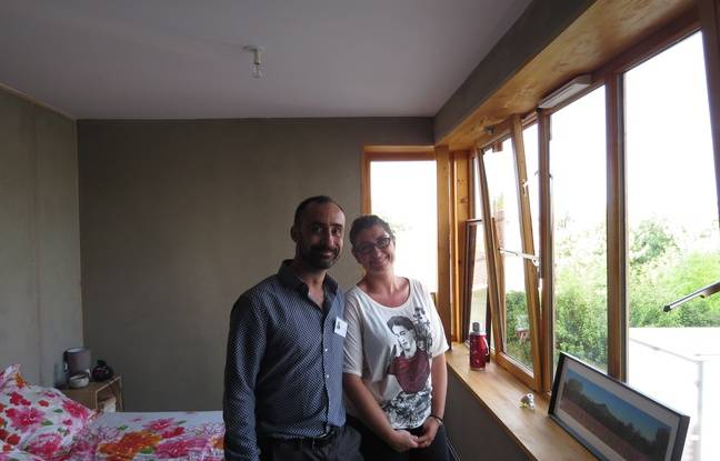 A Bègles, le 22 septembre 2016, Clémence et Géraud dans leur appartement avec vue sur le stade Moga.