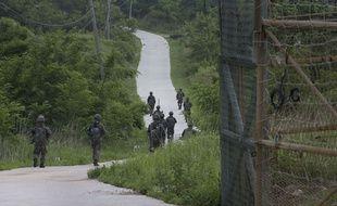 Des soldats sud-coréens patrouillent dans la zone démilitarisée à la frontière avec la Corée du Nord, le 26 juin 2015.