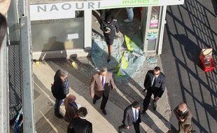 Le ministre de l'Intérieur Manuel Valls s'est rendu sur les lieux de l'attaque d'un magasin casher le 19 septembre 2012 à Sarcelles (Val-d'Oise).