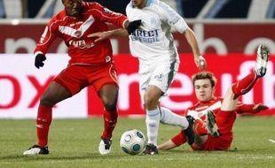 L'attaquant de l'Olympique de Marseille, Hatem Ben Arfa (en blanc), entouré d'Alberto Sanchez et Jonathan Lacourt (à g.), lors de Marseille - Valenciennes en Ligue 1, le 7 mars 2009.