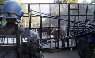 Des manifestants rassemblés devant le quartier des Jardins de l'Empereur, à Ajaccio, protégé par des CRS, le 27 décembre 2015.