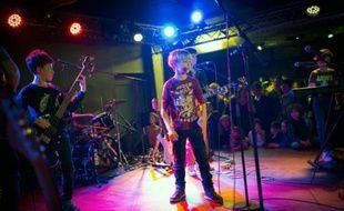 Des élèves de l'école de rock Park Slope Rock School sur scène dans las alle de concert de La Bellevilloise à Paris le 17 janvier 2016
