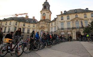 Plus d'une centaine de cyclistes étaient réunis lundi place de la Mairie à Rennes.