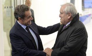Nicolas Sarkozy raccompagne Jean-Pierre Raffarin à l'issue de leur déjeuner. Le sénateur a annoncé son refus de participer au comité des anciens Premiers ministres, l'instance dont le président de l'UMP a annoncé la création dimanche.