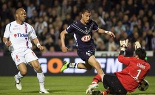 L'attaquant de Bordeaux, Marouane Chamakh (en bleu), face au gardien de Lyon, Hugo Lloris, le 19 avril 2009 lors d'un match de L1 à Bordeaux.