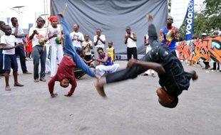 Sur la place de Limete, un quartier populaire de Kinshasa, la capoeira, une lutte rythmée brésilienne, a trouvé des pratiquants inattendus: les enfants des rues.