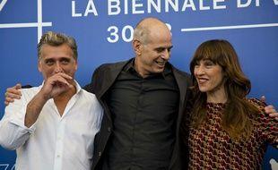 Le réalisateur Samuel Maoz pose avec ses acteurs Lior Ashkenazi (à gauche) et Sarah Adler à la Mostra de Venise en septembre 2017.