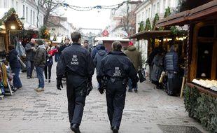 Des policiers allemands patrouillent dans le marché de Noël de Potsdam (Allemagne), le 2 décembre 2017.