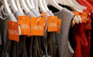 Des vêtements soldés, le 24 juin 2015 à Paris