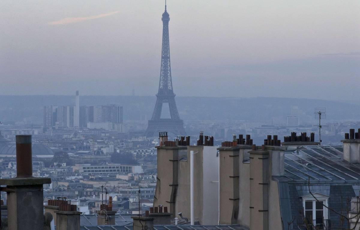 The Eiffel tower is seen from Montmartre as Paris suffers a pollution spike, in Paris, Friday, Dec. 16, 2016. Paris city hall has barred half of all cars from traveling and made public transportation free. (AP Photo/Michel Euler)/MEU106/16351431902545/1612161304 – Michel Euler/AP/SIPA