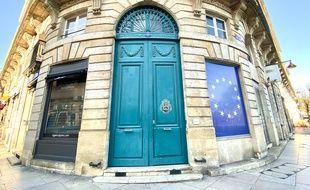 Bordeaux est une ville de pierre, avec de nombreuses portes d'immeubles colorées