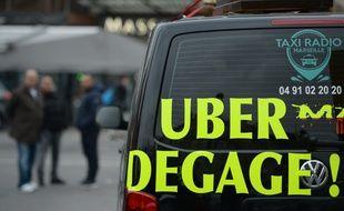 Un message contre le service Uber sur un taxi, à Marseille, le 27 janvier 2016