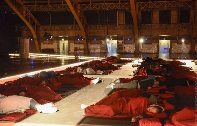 Jusqu'à 500 personnes peuvent se reposer en même temps dans le dortoir prévu par le festival Lumière, juste derrière l'écran géant de la Halle Tony-Garnier.