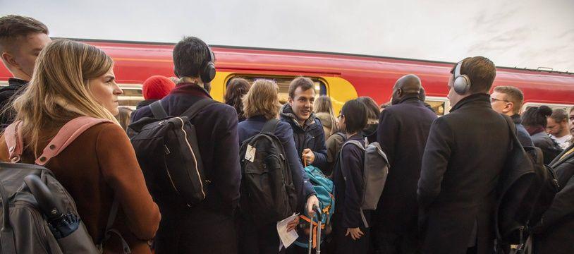 Des voyageurs à la gare de Clapham Junction, à Londres, le 16 décembre 2019.