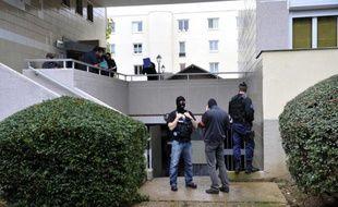 Quatre hommes interpellés en début de semaine dans l'enquête antiterroriste sur la cellule islamiste de Cannes et Torcy démantelée en octobre, ont été déférés.