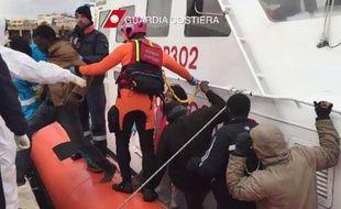 Des migrants descendent d'un bateau des garde-côtes italien après une opération de sauvetage au large de Lampedusa, le 10 février 2015