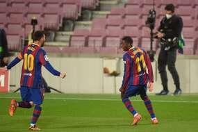 Ousmane Dembélé félicité par le roi Messi en personne, après son but tardif et décisif contre Valladolid, lundi.