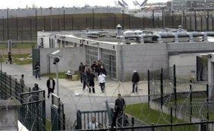 """Sur la manière dont les étrangers sont traités par l'Etat français, l'organisme """"note avec préoccupation"""" que """"de très nombreux"""" sans papiers et demandeurs d'asile """"sont retenus dans des locaux inappropriés - zones d'attente dans les aéroports et centres et locaux de rétention administrative"""", dénonçant plus particulièrement la situation de l'Outre-Mer et celle des mineurs non accompagnés."""