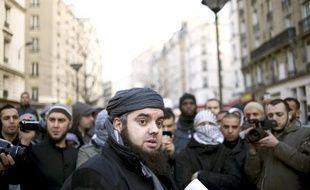 """Le groupuscule islamiste Forsane Alizza a été """"dissous"""" sur proposition du ministre de l'Intérieur Claude Guéant qui l'a accusé de former ses militants à la lutte armée, a annoncé mercredi le Conseil des ministres."""