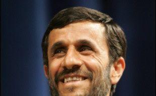 """Des milliers de Téhéranais ont manifesté samedi leur soutien au régime iranien, dont le président Mahmoud Ahmadinejad a menacé implicitement que l'Iran quitte le Traité de non-prolifération nucléaire si les Occidentaux essayaient de le """"priver"""" de son droit à l'énergie atomique."""