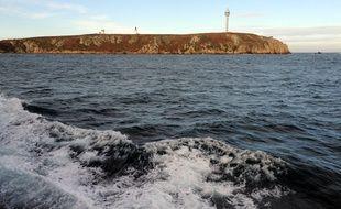 Vue depuis la mer de l'île d'Ouessant, au large du Finistère.