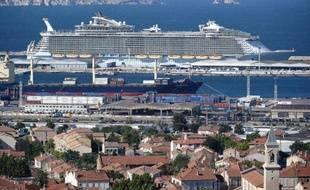 L'Allure of the Seas, de la compagnie Royal Caribbean, dans le port de Marseille, le 26 mai 2015
