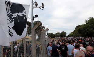 Un rassemblement devant le camp militaire de Borgo où cinq hommes étaient en garde à vue le 17 août 2016.