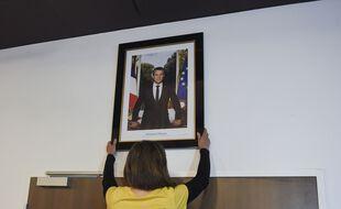 Lors d'une opération de décrochage du portrait de la République dans une mairie.