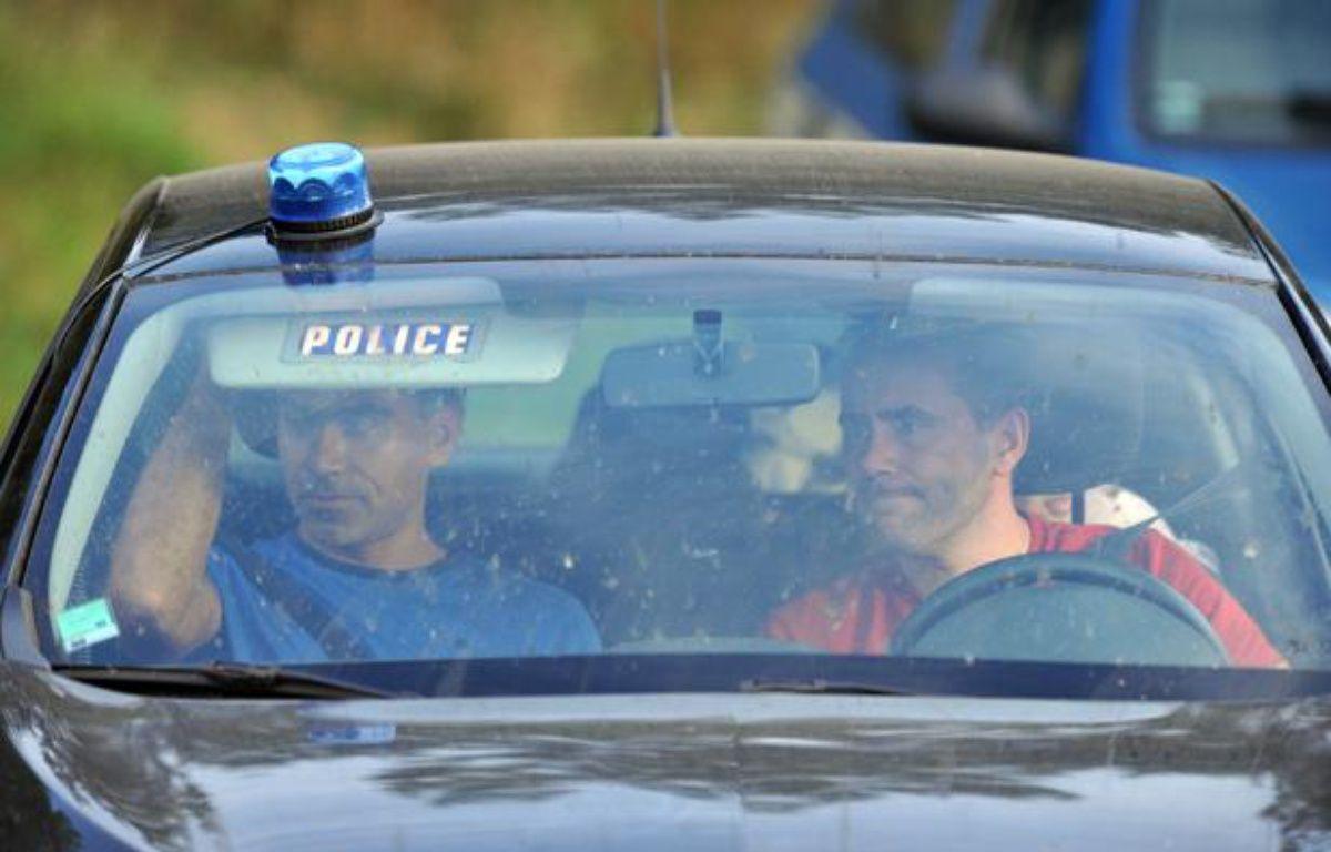 Des policiers recherchent le corps de Fiona, le 27 septembre à Aydat (Puy-de-Dôme). – AFP PHOTO / THIERRY ZOCCOLAN